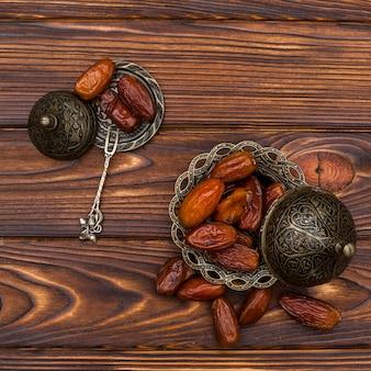 Frutas secas datas no pequeno prato na mesa