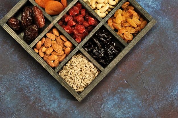 Frutas secas e castanhas em uma caixa de madeira