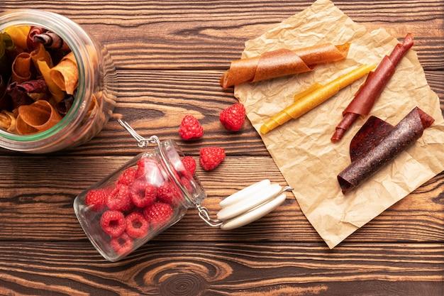 Frutas secas e framboesas frescas