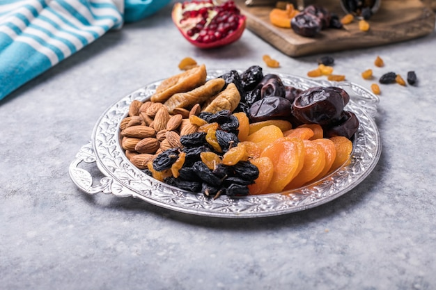 Frutas secas e nozes se misturam em uma tigela de madeira