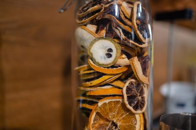 Frutas secas em copos na barra.