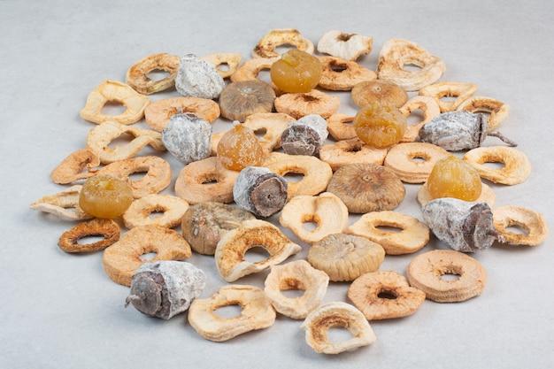 Frutas secas saudáveis misturadas em fundo branco. foto de alta qualidade