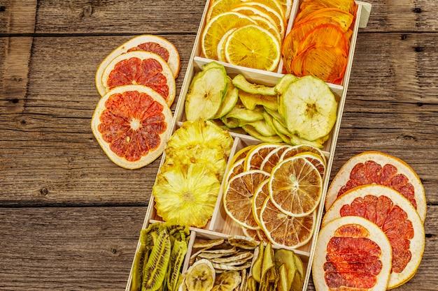 Frutas secas sortidas. conceito de alimentação saudável. caixa de madeira