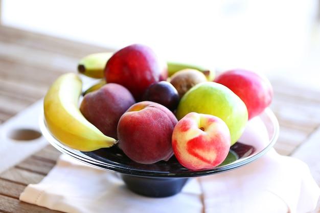 Frutas suculentas na mesa de madeira, close-up