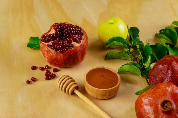 Frutas tradicionais e mel para rosh hashanah tovah. conceito de feriado judaico.