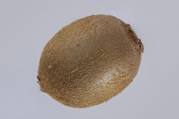 Frutas tropicais de kiwi em um fundo cinza.