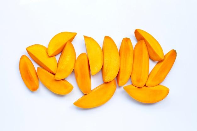 Frutas tropicais, fatias de manga em fundo branco.