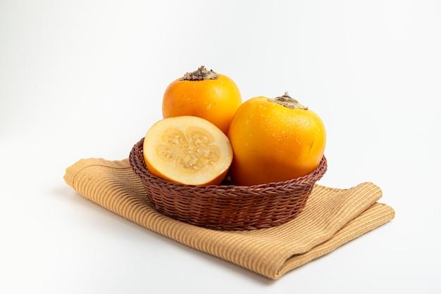 Frutas tropicais frescas em uma tigela rústica cocona