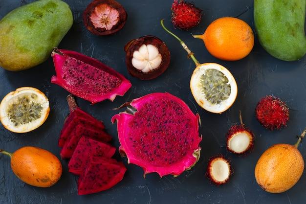 Frutas tropicais: fruta do dragão, maracujá, mangostão, rambutan e manga