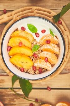 Frutas tropicais iogurte caseiro de granola no café da manhã. saudável