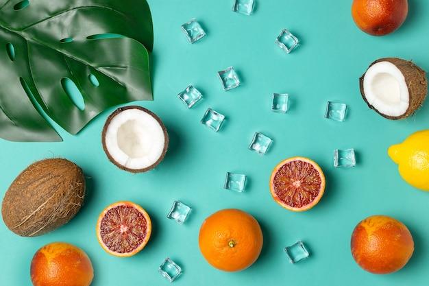 Frutas tropicais, laranjas de sangue, coco, folha de palmeira