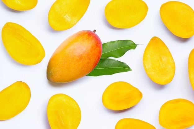 Frutas tropicais, manga em fundo branco.