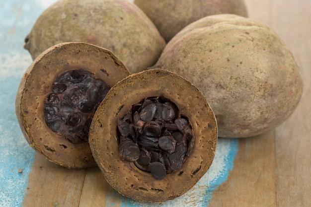 Frutas usadas em licores e balas, em madeira rústica