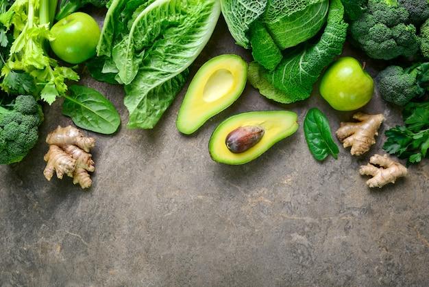 Frutas verdes e vegetais folhosos comidas vegetarianas vista de cima