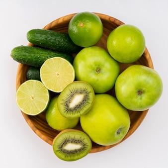 Frutas verdes na cesta