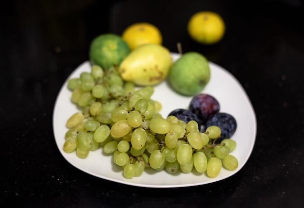 Frutas verdes no prato