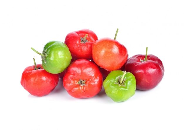Fruto do acerola isolado no branco.