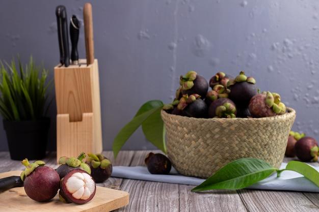Fruto suculento do mangustão na mesa de cozinha, fruta tropical doce.