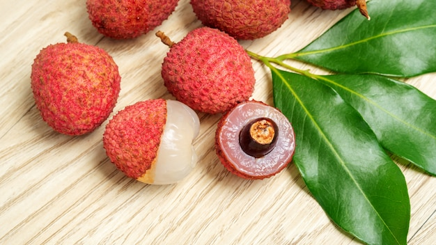 Fruto vermelho do lichi em uma tabela de madeira.