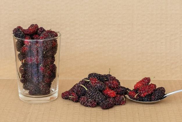 Frutos de amoreira orgânicos em colher de aço inoxidável