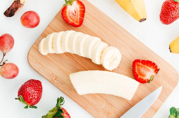 Frutos de baga fatiada na placa de madeira