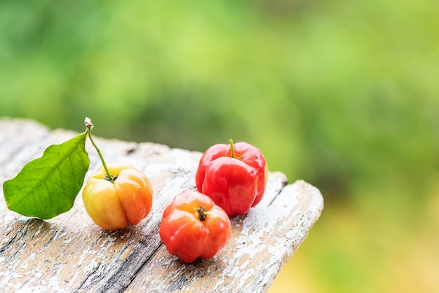 Frutos de cereja de suriname em fundo natural.
