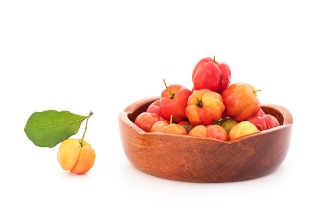 Frutos de cereja de suriname isolados no fundo branco.