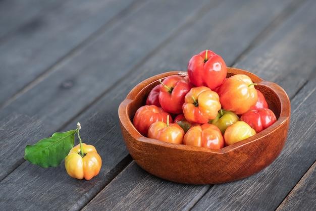 Frutos de cereja do suriname em um fundo de madeira velho.