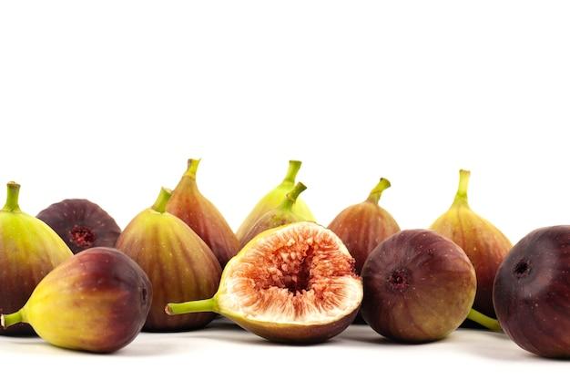 Frutos de figo e um corte figos em fundo branco