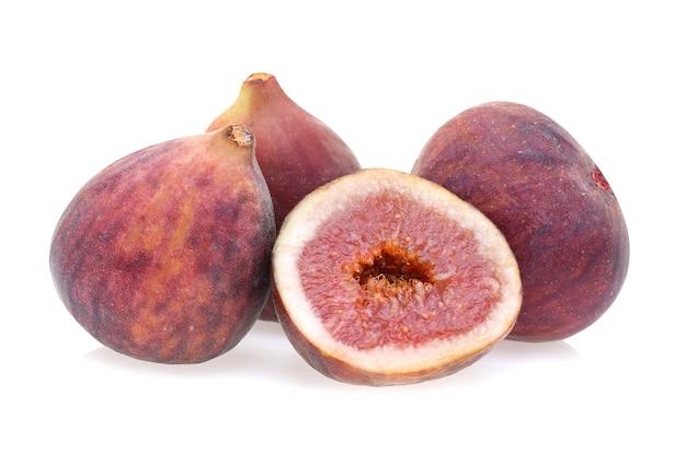 Frutos de figos isolados em fundo branco