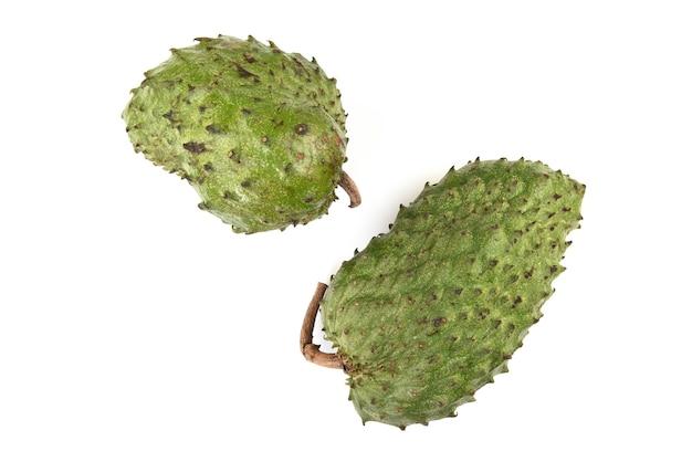 Frutos de graviola ou annona muricata isolados no fundo branco.
