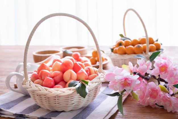 Frutos de imitação deletable na cesta, feijões de mung dados forma fruto, sobremesa tradicional tailandesa.