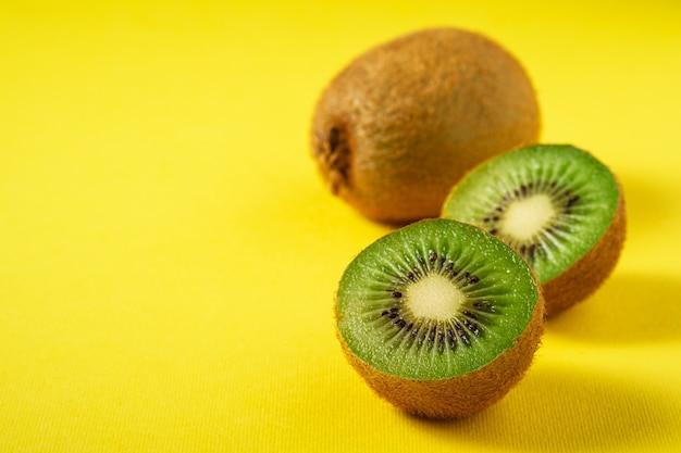 Frutos de kiwi fatiados pela metade em amarelo vibrante