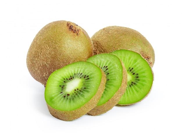 Frutos de kiwi isolados no fundo branco