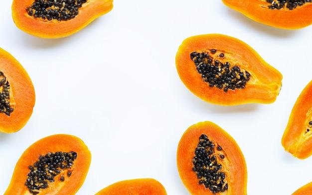 Frutos de mamão em fundo branco.