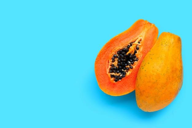 Frutos de mamão sobre fundo azul. vista do topo