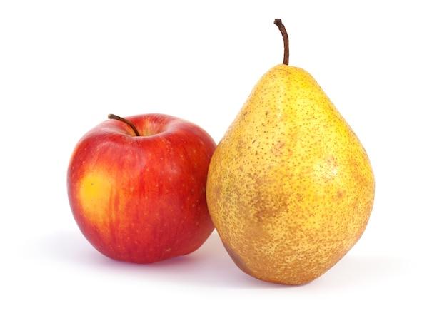 Frutos de outono (maçã e pêra) isolados no fundo branco