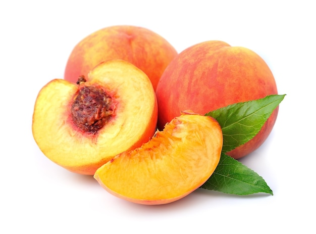 Frutos de pêssego em um branco