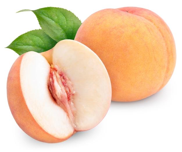 Frutos de pêssego laranja doce isolados no branco com traçado de recorte