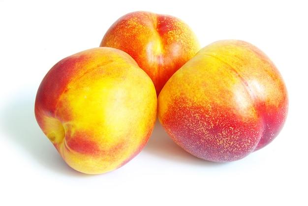 Frutos de pêssego maduros isolados no fundo branco