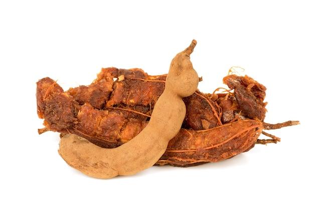 Frutos de tamarindo isolados no fundo branco.
