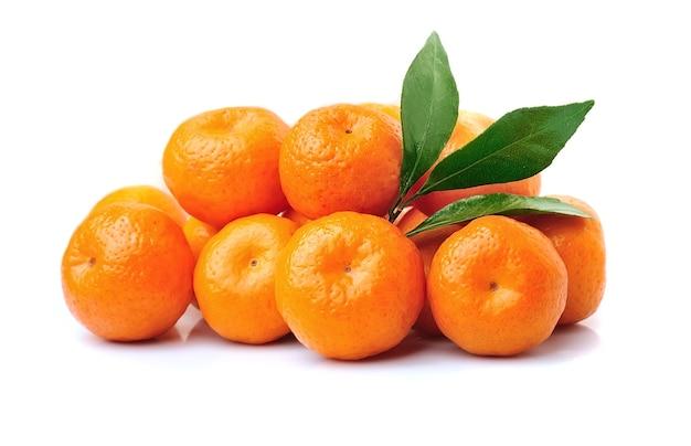 Frutos de tangerina isolados em fundos brancos. tangerinas, clementinas, laranjas.