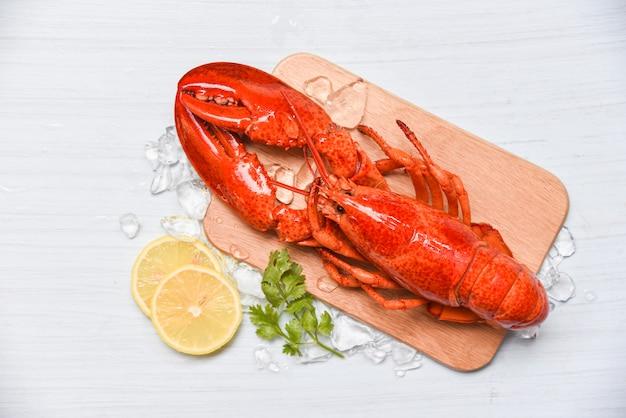 Frutos do mar de lagosta com gelo na tábua de madeira e limão coentro