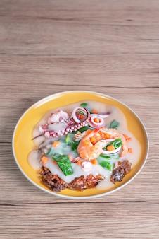 Frutos do mar e macarrão de arroz em molho cremoso