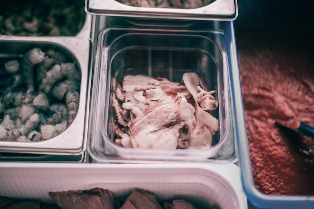 Frutos do mar e molhos em recipientes na mesa da cozinha do restaurante
