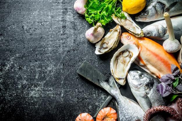 Frutos do mar e peixes frescos. em fundo escuro rústico