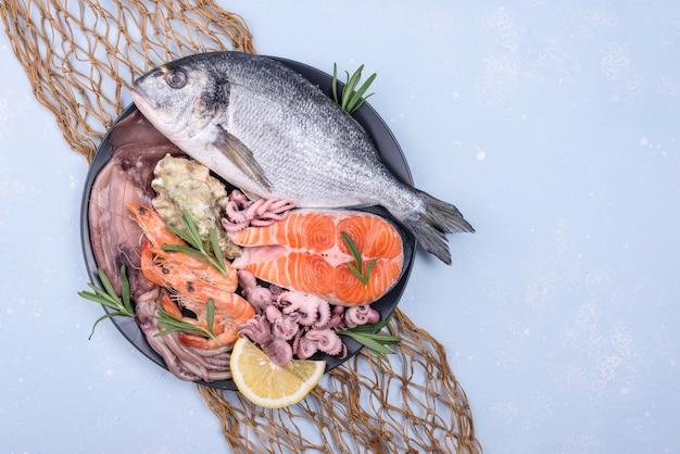 Frutos do mar exóticos em um prato e vista superior da rede de pesca