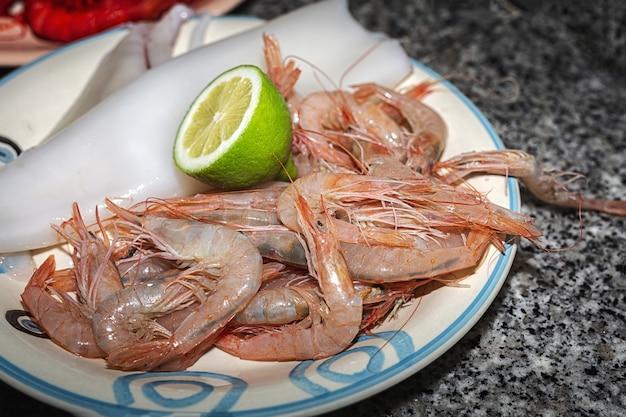 Frutos do mar frescos crus prontos para cozinhar. camarões: camarões vermelhos; atum; peixes dourados, sardinhas. conceito de frutos do mar