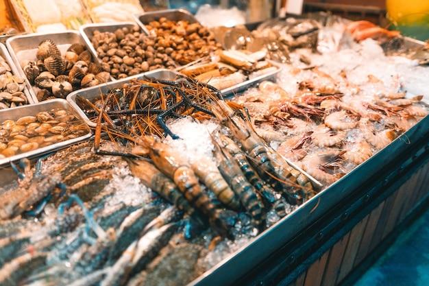 Frutos do mar frescos, peixes, camarões, mariscos em restaurante da ilha