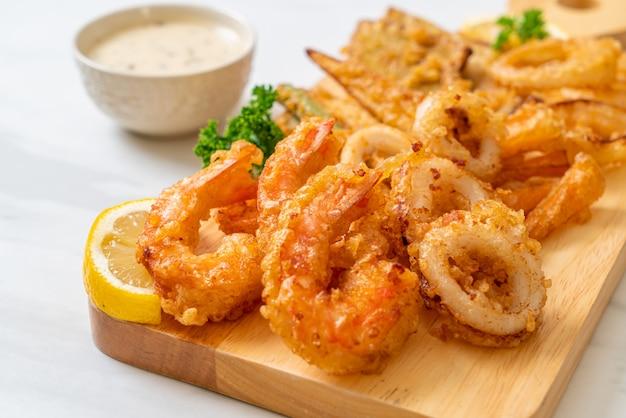 Frutos do mar fritos (camarões e lulas) com mistura de legumes e estilo de comida pouco saudável